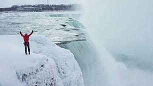 La scalata alle cascate del Niagara Will Gadd è il re del ghiaccio    NatGeo : il racconto dell'impresa