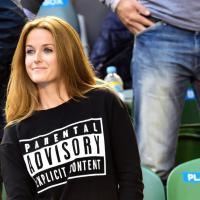 Ironia di Kim Sears: la t-shirt avverte i genitori: corpo vietato ai minori