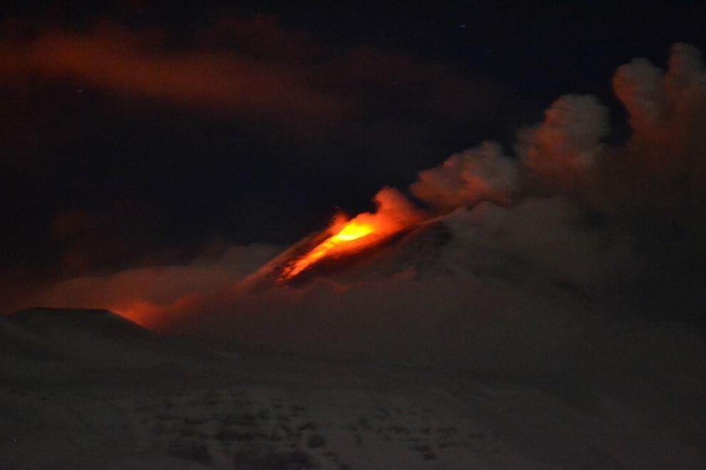 Fuoco e neve, l'Etna accende la notte