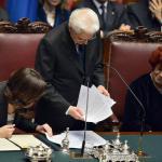 Il fuori programma: Mattarella perde i fogli del discorso
