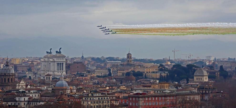 Mattarella presidente, lo spettacolo delle Frecce Tricolori
