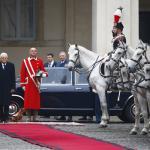 Mattarella al Quirinale: la mascotte dei Carabinieri saluta il presidente