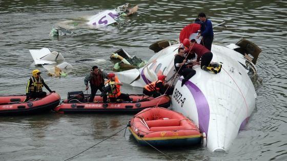 Taiwan, cade aereo di linea con 58 passeggeri: almeno 31 morti