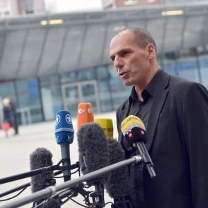 """Yanis Varoufakis: """"La Grecia è già fallita dal 2010 e oggi non c'è alcuna ripresa, non serve a nessuno affondarci"""""""