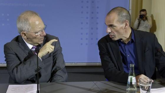 """Anche Berlino gela la Grecia: """"Deve continuare a trattare con la Troika"""". Tsipras: """"Basta ricatti"""""""