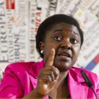 """Kyenge: """"Calderoli assolto per avermi detto orango, triste il Pd che lo difende"""""""