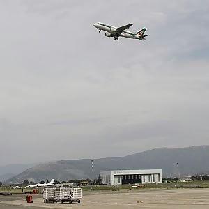 """Poste in Alitalia, via libera Ue: """"Non è aiuto di Stato"""""""