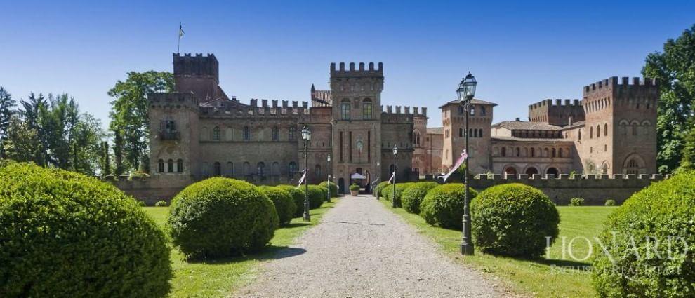 Fiabe per ricchi in italia il castello in vendita for Planimetrie della camera a castello
