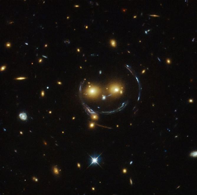 C'è uno smile tra le stelle, la gravità disegna con la luce