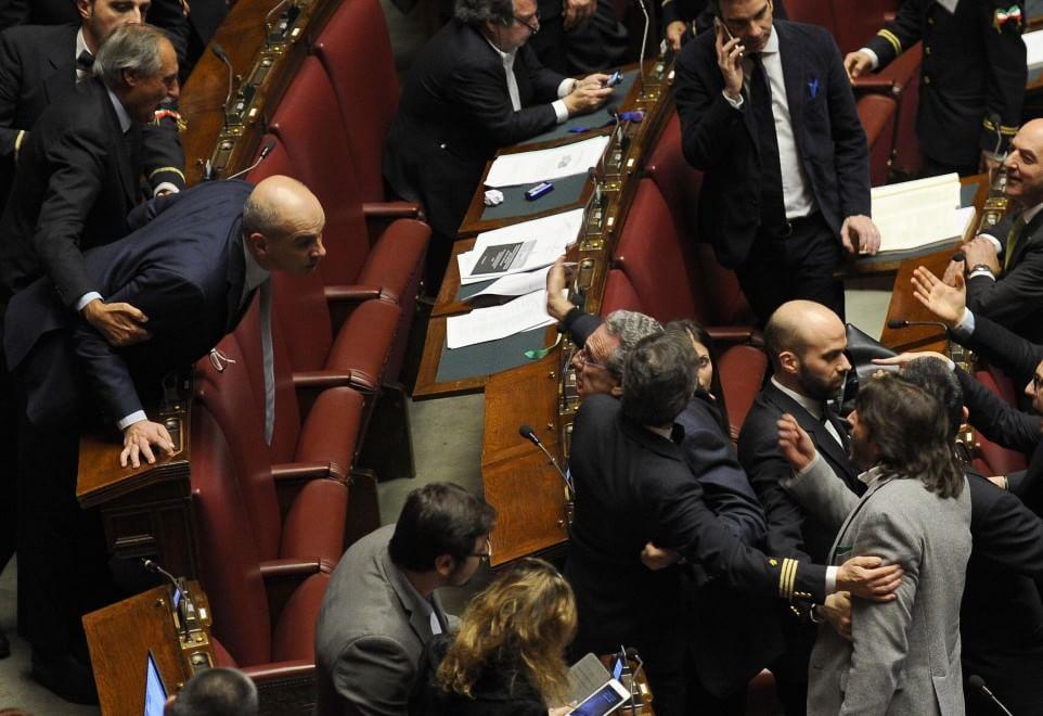 Riforme camera rissa tra deputati ncd lega intervengono for Parlamento italiano deputati
