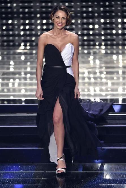 Sanremo, look Tatangelo: sul palco modello Belen
