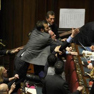 Riforma Senato: in aula risse, insulti e bagarre nella seconda giornata di seduta fiume