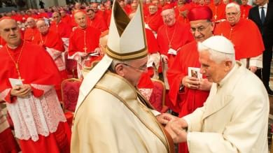 Concistoro, abbraccio tra i due Papi   foto