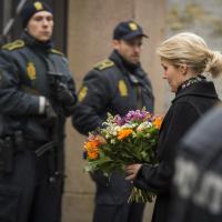Copenaghen, la premier danese depone fiori davanti alla sinagoga