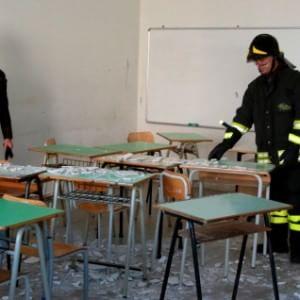 Pescara, si stacca solaio in scuola: tre feriti
