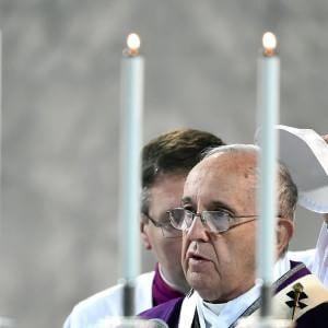 """""""Il problema dei preti sposati è nella mia agenda"""", l'ultima apertura di Papa Francesco"""