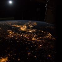 L'Italia ricamata di luci, e la Luna sorge a sudest