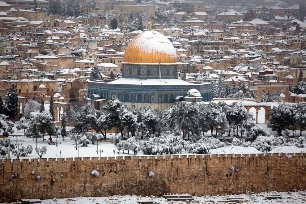 Gerusalemme, forte ondata di maltempo: la Città Santa è imbiancata