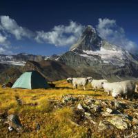 Una tenda tra le vette: l'amore del fotografo per le montagne
