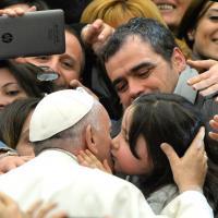 L'abbraccio di papa Francesco ai bambini nell'aula Paolo VI