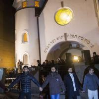 Norvegia, catena umana di musulmani per difendere la sinagoga