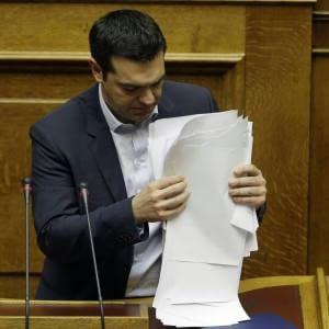 Grecia, la resa di Tsipras: restano i tagli agli statali e l'austerity