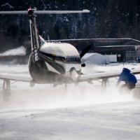 In pista a 125 km/h: lo snowboard è agganciato all'aereo