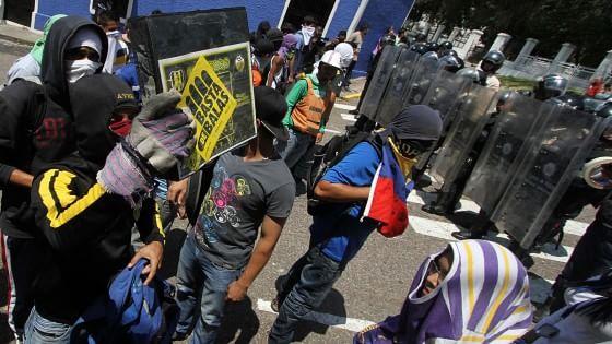 Venezuela, nuove tensioni sociali. Ucciso quattordicenne durante manifestazione