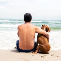 L'ultimo viaggio di Diuki: un bagno nell'oceano per il cane malato
