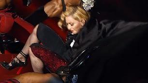 """Madonna tradita dal mantello caduta rovinosa dal palco     Foto: """"Niente può fermarmi"""""""