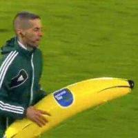 Feyenoord-Roma, banana gonfiabile contro Gervinho