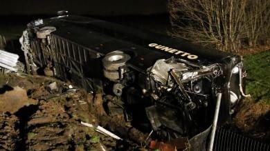 Scontro tra pullman di studenti e camion 25 feriti a Cremona, tre sono molto gravi