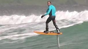 Il surf sospeso sulle onde Volare a 1 metro dall'acqua