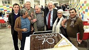 I 70 anni di Mario Capanna Sulla torta lo sfottò sul vitalizio    Video  Lo scontro in tv con Giletti