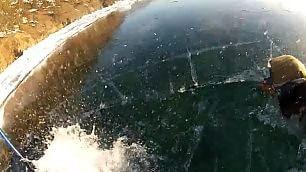 Escursione sul lago ghiacciato Tuffo imprevisto dello sciatore