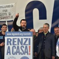 """Lega-CasaPound in piazza, antirazzisti contro. Salvini: """"Renzi servo sciocco"""". Vaffa a..."""