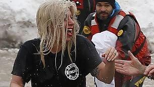 L'ora del bagno ghiacciato    video    lady Gaga si tuffa per beneficenza