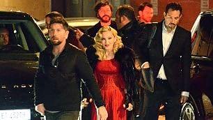 Madonna registra l'intervista  da Fabio Fazio: l'assedio dei fan    Video : la cantante esce dagli studi