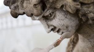 Ultimi ritocchi in Galleria il make up delle statue