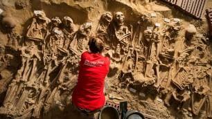 Scavo inatteso, 200 scheletri trovati sotto il supermercato