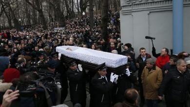 """Nemtsov, folla per i funerali a Mosca   foto   Navalny: """"Ucciso su ordine di Putin"""""""