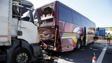 A4, scontro tra camion -   video    e pullman di studenti -   mappa   coinvolte almeno 50 persone   foto