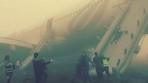 Scoppia ruota del carrello aereo atterra di muso    video    video -  Passeggeri sugli scivoli