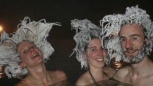 Bagno caldo, fuori -30 gradi i capelli si ghiacciano    video