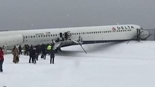 Bufera di neve su New York L'aereo finisce fuori pista    Foto     Vd  In Nepal atterraggio di muso