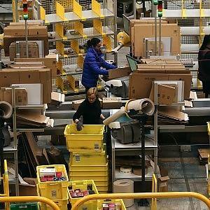 Amazon apre un negozio su Alibaba: alimentari, scarpe e giocattoli per i consumatori cinesi