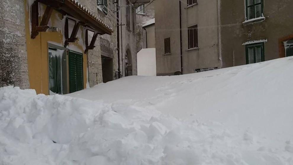 Capracotta 3 metri di neve si esce dalla finestra foto for Finestra scorrevole 4 metri