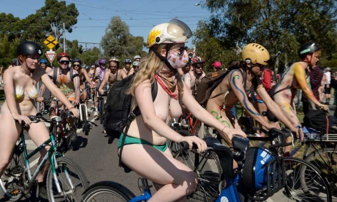 """In bici nudi perchè """"Siamo nudi contro le auto"""""""