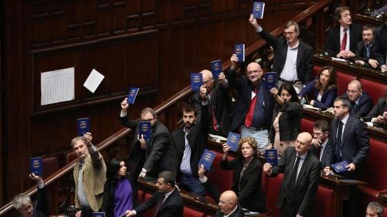 """Riforma Senato, la Camera dà l'ok. Berlusconi: """"Fi compatta sul no, basta protagonismi"""""""