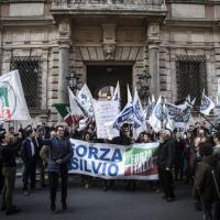 Berlusconi assolto: festa in Via del Plebiscito